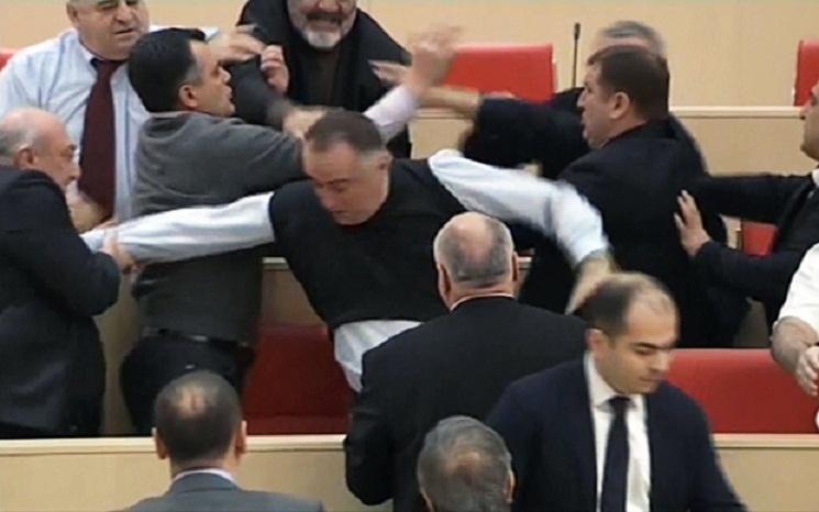 Bijatyka w gruzińskim parlamencie (VIDEO)