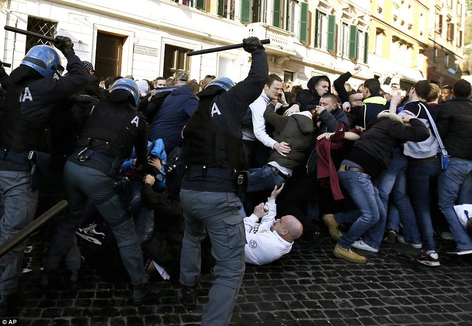 Wielka bitwa w Rzymie. Kibice z Holandii tłukli się z policją
