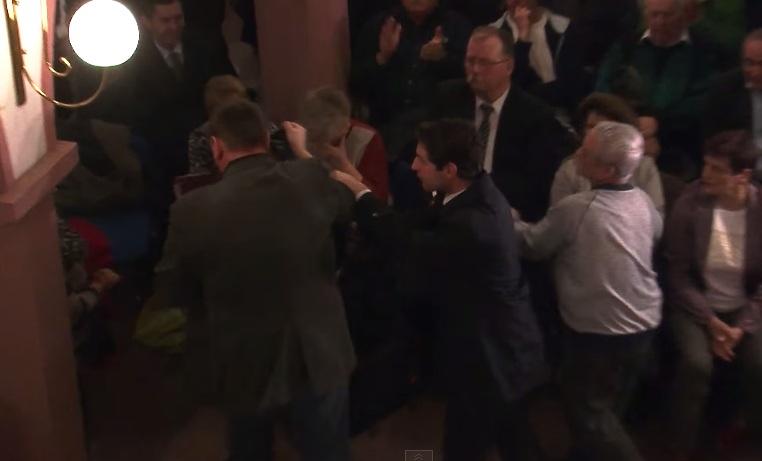 Incydent na spotkaniu Andrzeja Dudy z wyborcami. Bezdomny został wywleczony z sali
