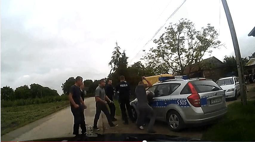 SKANDAL. Ojciec pobity przez chuliganów na oczach policji (video)