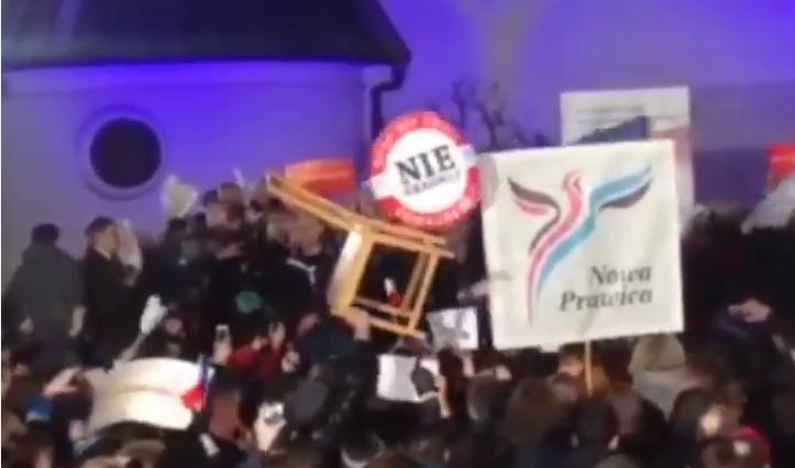 Mamy film z zatrzymania posiadacza krzesła na wiecu Komorowskiego