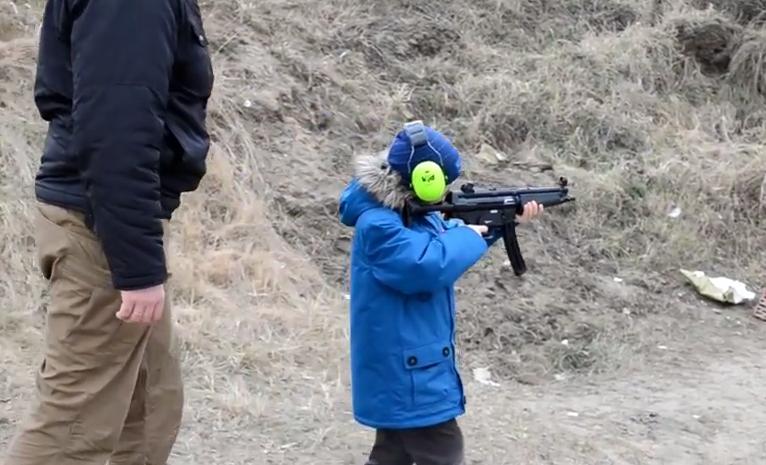 7-latek na polskiej strzelnicy uczy się strzelać z MP5 (video)