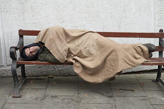 Coraz więcej młodych i wykształconych ludzi jest bezdomna