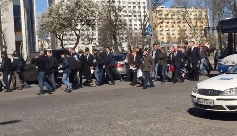 """""""Spontaniczne"""" tłumy na wiecu Komorowskiego. Ludzie dowożeni autokarem"""