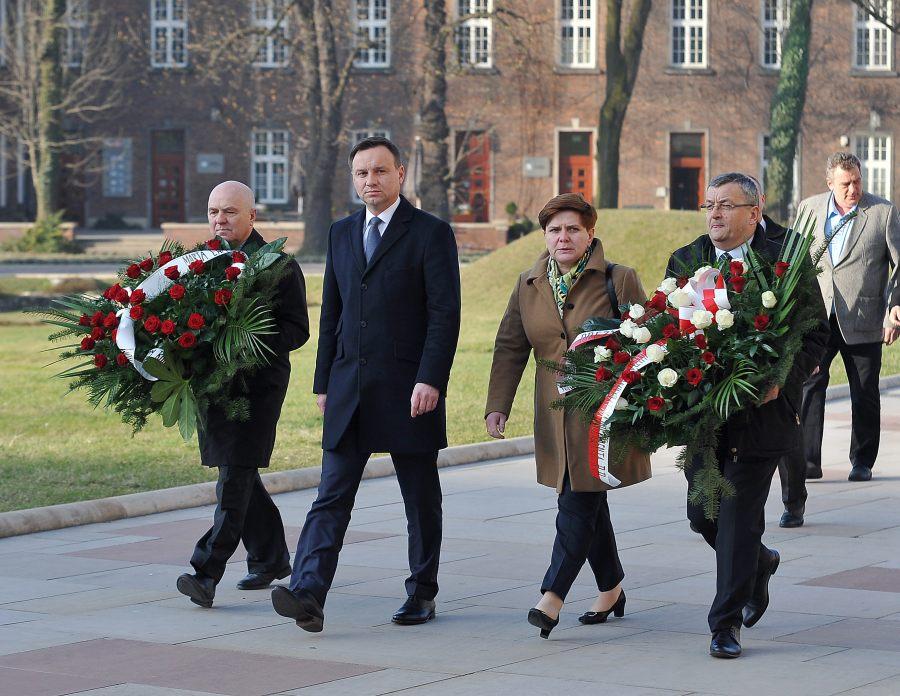 Duda złożył wieniec z hasłem wyborczym na grobie Kaczyńskich