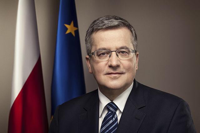 Polskie flagi w śmietniku po spotkaniu PO z Komorowskim we Wrocławiu