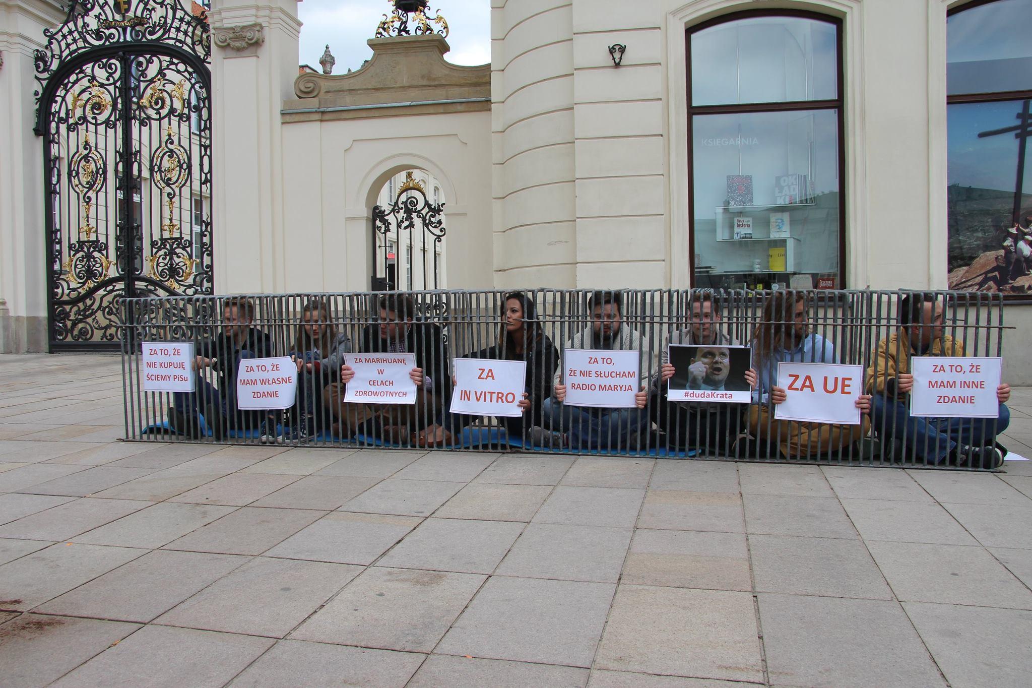 Nowa akcja Komorowskiego. Młodzi zamykają się za kratkami
