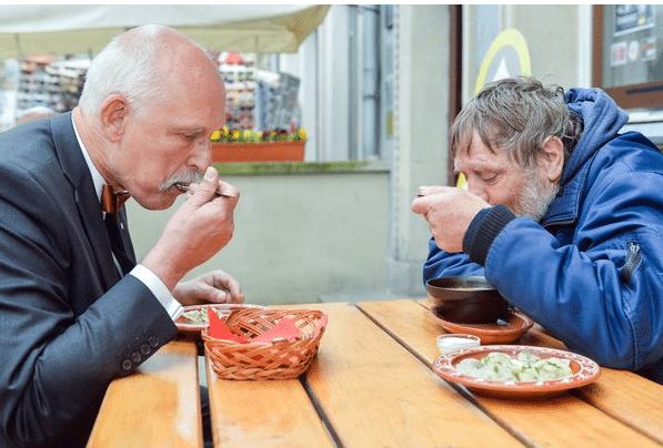 """Korwin-Mikke zaprosił bezdomnego na obiad. """"Nie planowaliśmy tego"""""""