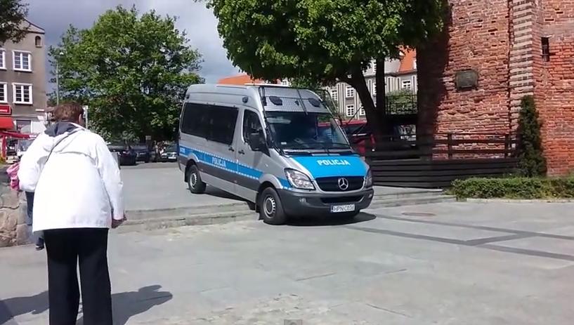 Cyrk w Gdańsku. Policja utknęła i niszczyła chodniki (video)
