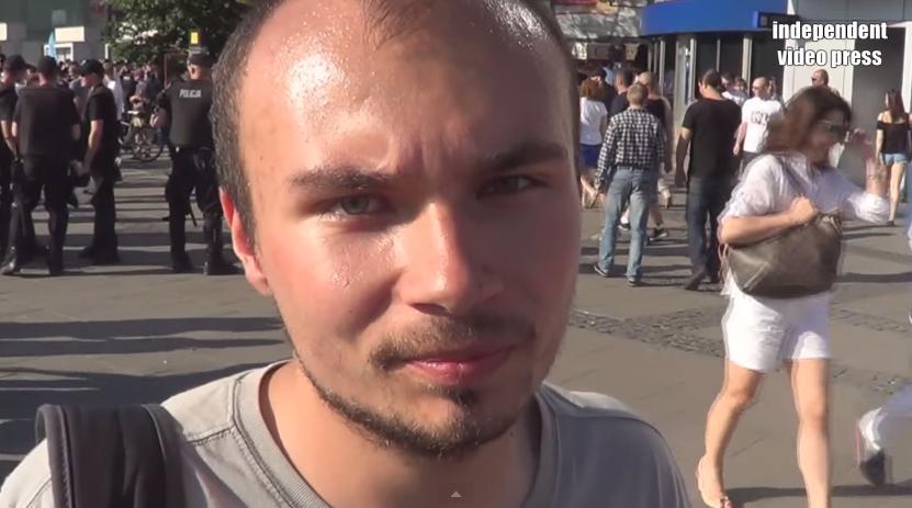 Narodowcy na Paradzie rzucili jajkiem. Trafili w... prawicowych youtuberów