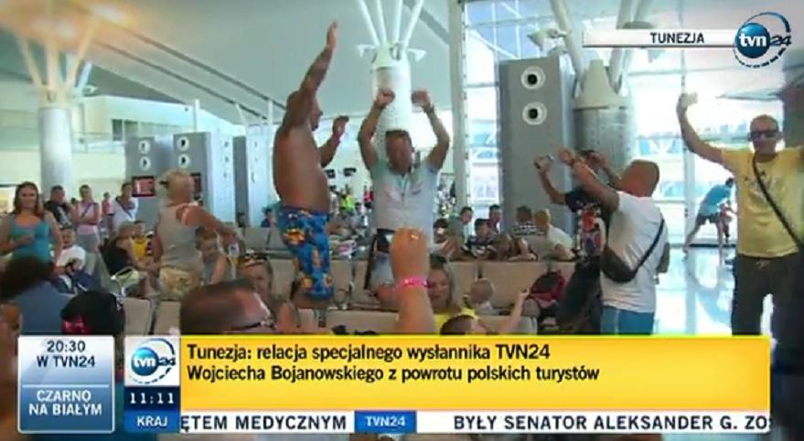 Biesiadujący na lotnisku w Tunezji turyści z Polski hitem internetu (video)