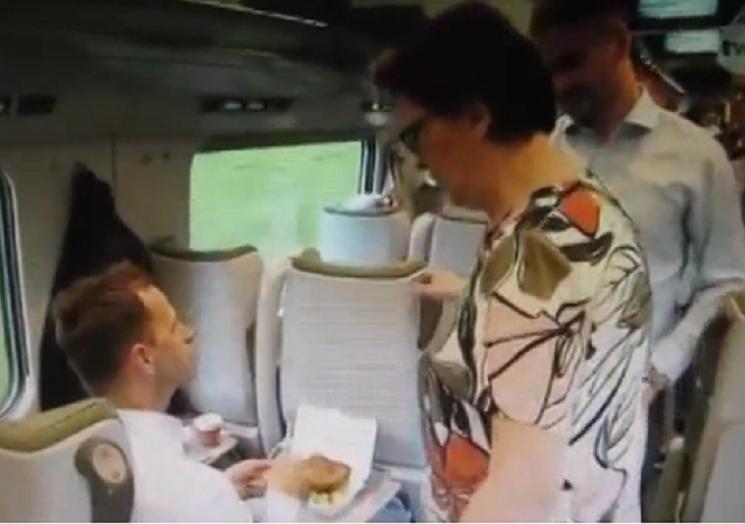 Kopacz agituje w pociągach, zachwyt nad kotletem hitem (video)