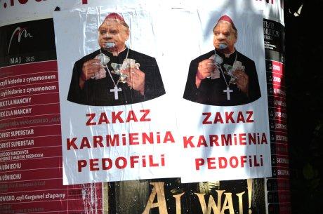 """Łódź: Ktoś rozwiesił plakaty """"Zakaz karmienia pedofili"""""""