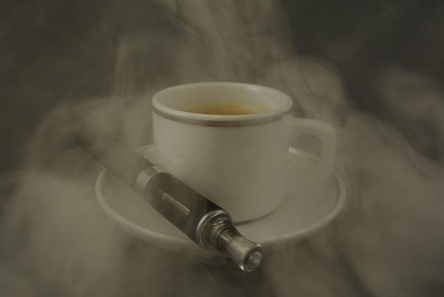 Rząd chce opodatkować i zakazać palenia e-papierosów w miejscach publicznych