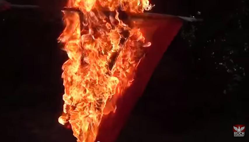 Marian Kowalski z kolegami spalili flagę LGBT (video)