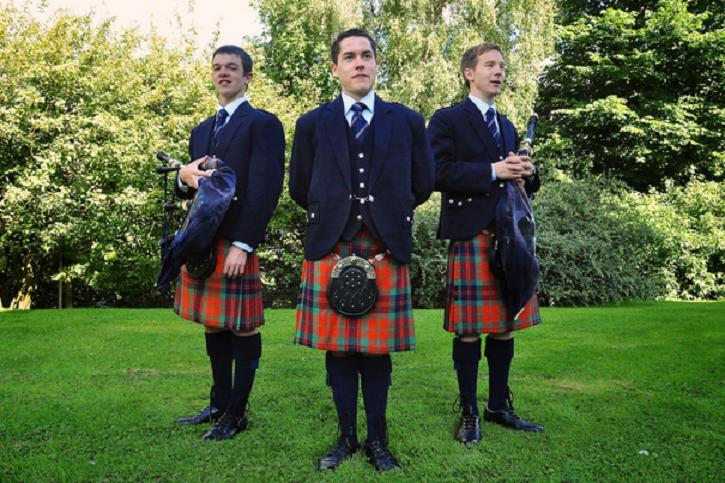 Seksizm w Szkocji, kelnerzy nie chcą nosić kiltów, bo klientki wkładają pod nie ręce