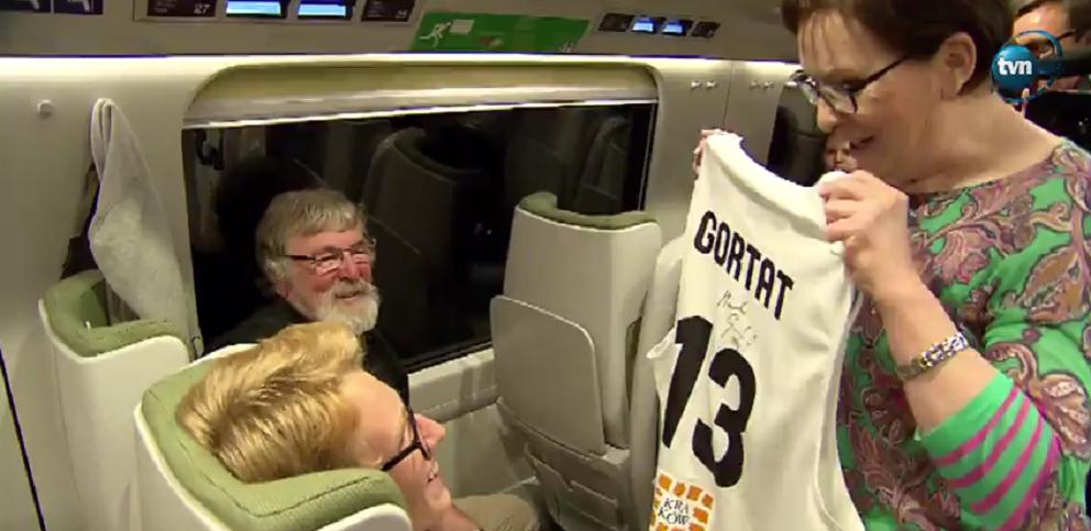 Kopacz oddała prezent od Gortata przypadkowemu pasażerowi w pociągu
