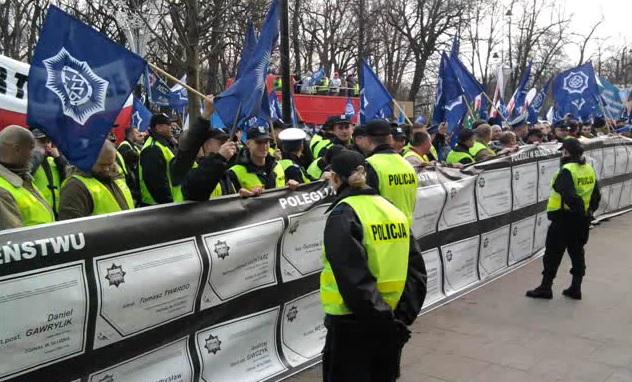 Policjanci do rządu Kopacz: Złodzieje, nie róbcie z nas żebraków