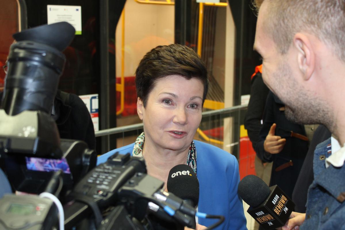 Prezydent Warszawy jeździ na uczelnię służbowym samochodem?