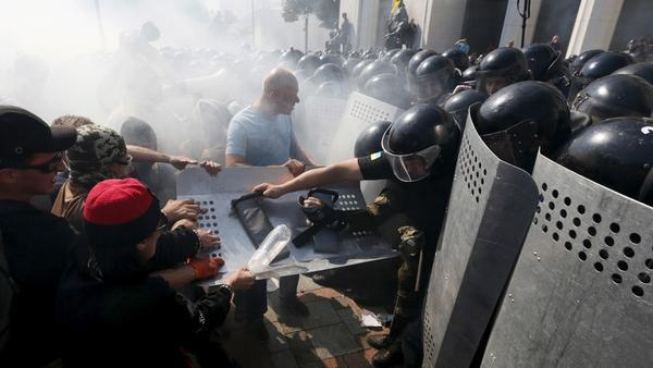 Zamieszki przed ukraińskim parlamentem. Są zabici i ranni (VIDEO)