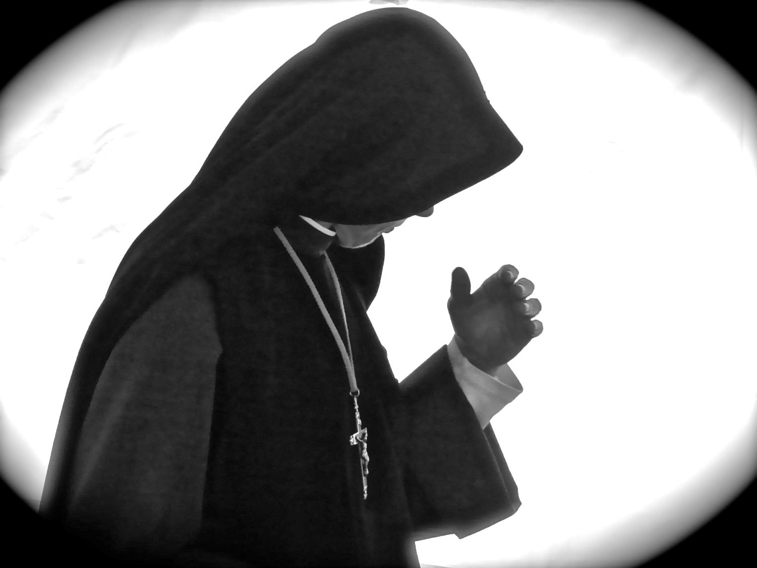 Włochy: Zgwałcona przez księdza zakonnica chce odzyskać oddane do adopcji dziecko