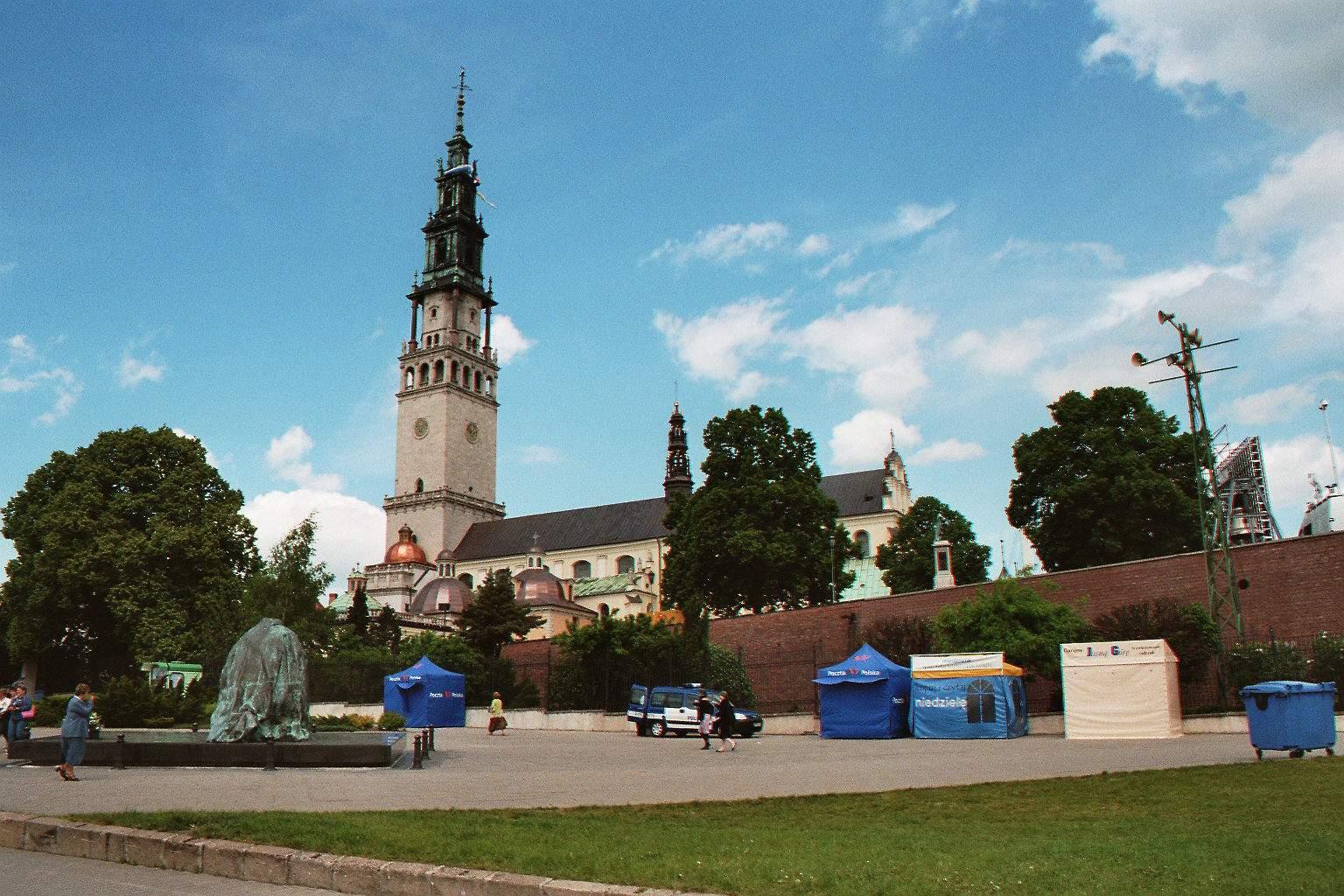 Największa w Polsce swastyka na parkingu w Częstochowie