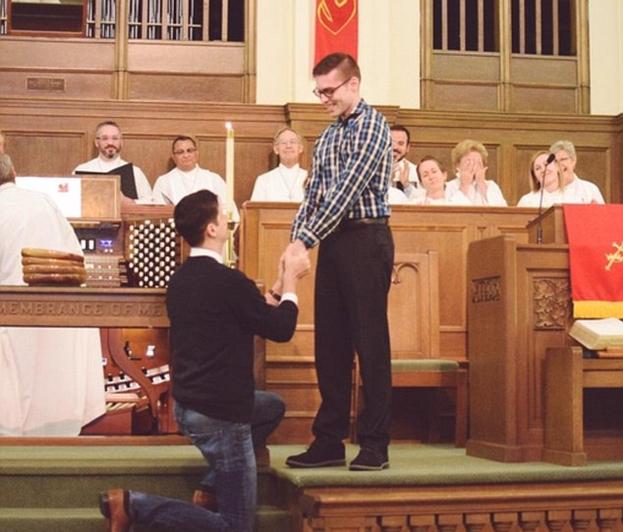 Mężczyzna oświadczył się drugiemu w kościele podczas mszy