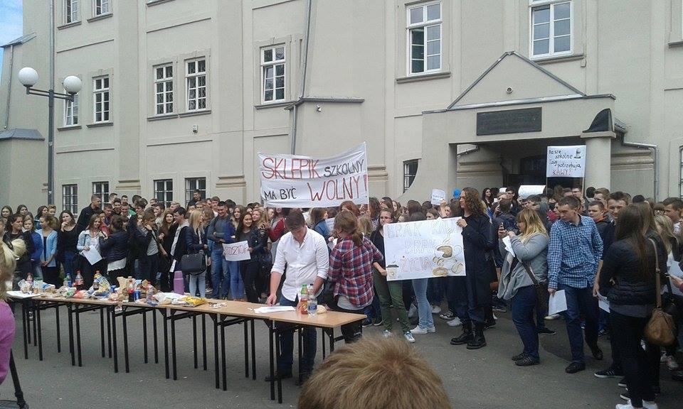 """Licealiści z Piotrkowa protestowali przeciwko """"ustawie sklepikowej"""""""