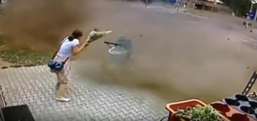 Krok od tragedii i niezwykłe szczęście kobiety z dzieckiem (video)