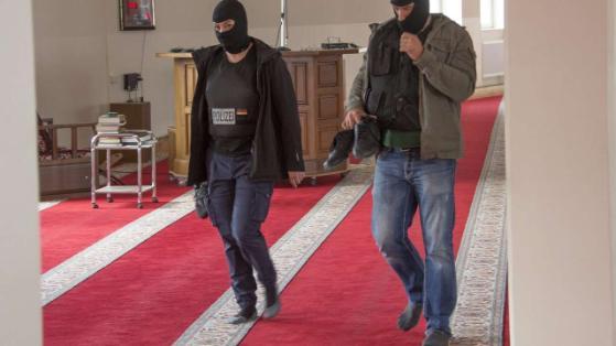 Antyterroryści wpadli do meczetu. Bez butów, by nie urazić uczuć religijnych