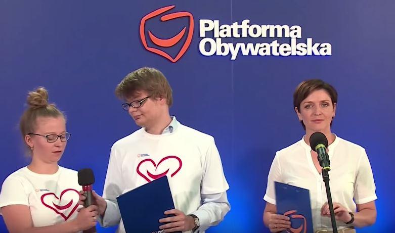 Młodzieżówka PO: w Polsce kolejki są dziś tylko po ajfony! (video)