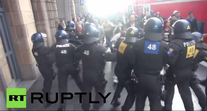 Niemcy: Turcy i antyfaszyści bili się na noże i śrubokręty. 50 zatrzymanych (video)