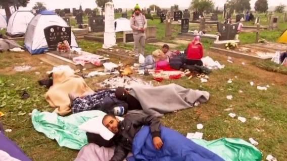 Imigranci obozują na cmentarzu. Muzyka, ogniska i spanie na grobach (video)