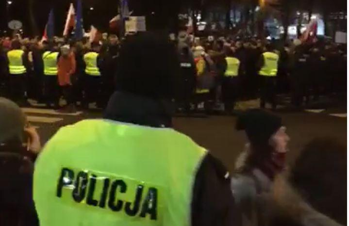 Trwa manifestacja pod Sejmem. Zwolennicy vs przeciwnicy #TK (video)