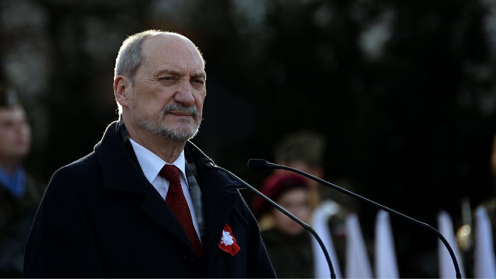 Sondaż zaufania: Na czele prezydent i Szydło, najgorzej Macierewicz