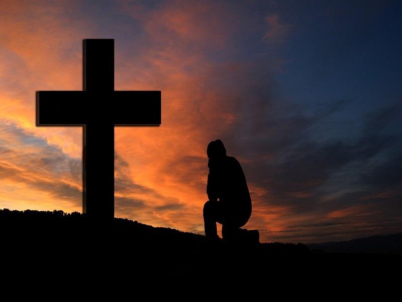 Tylko połowa Polaków deklaruje niezachwianą wiarę w Boga