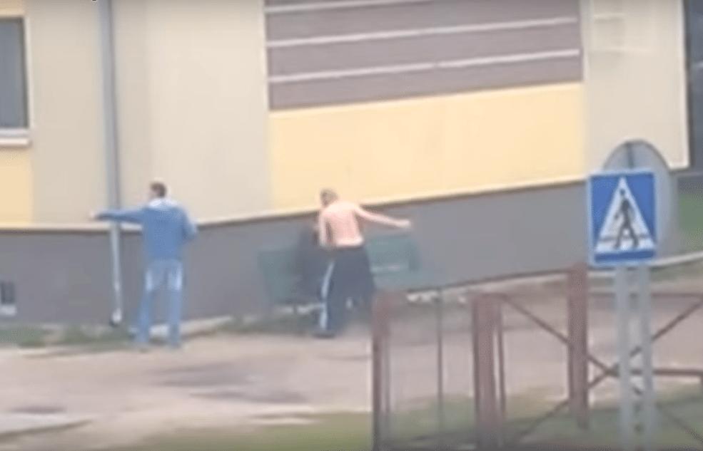 """Łomża: Jedna osoba terroryzuje całą ulicę, policja niewiele robi. """"On zagraża dzieciom!"""" (video)"""