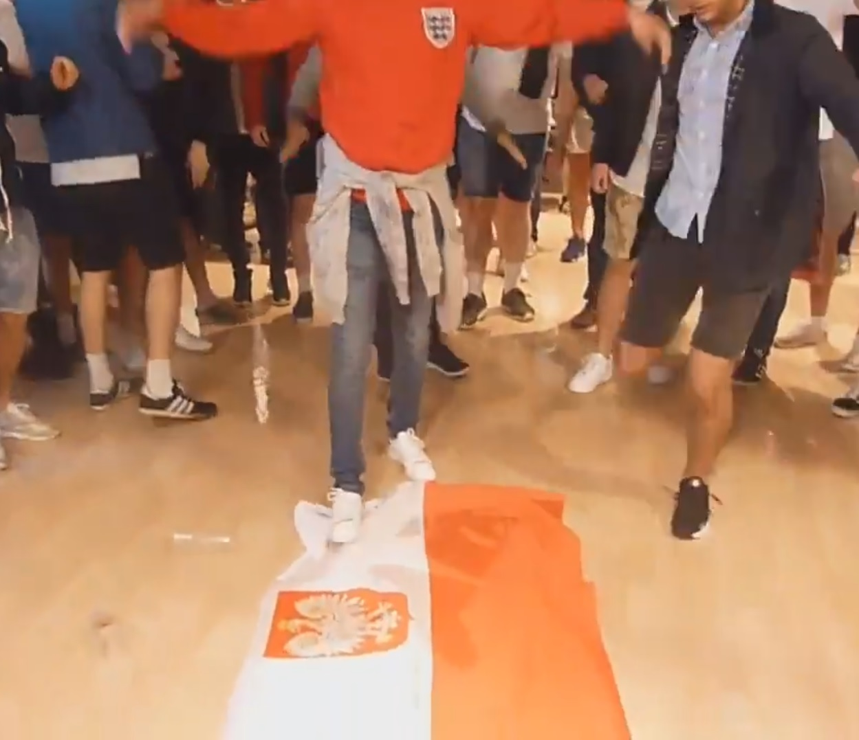 Skandal na EURO'16: Angielscy kibice depczą polską flagę (video)