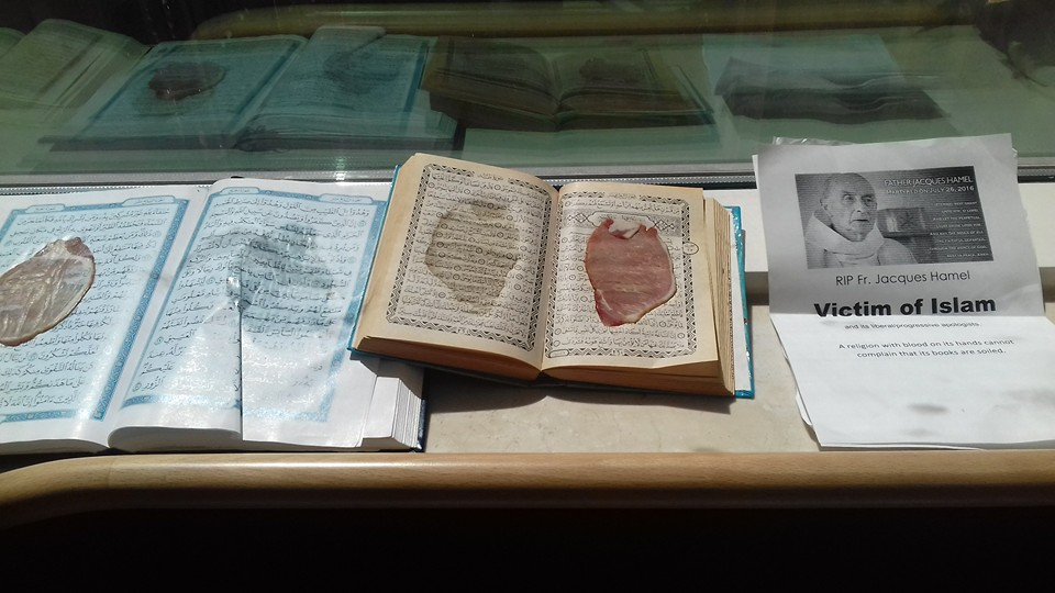 Profanacja świętej księgi islamu. Między strony Koranu powkładali plastry szynki