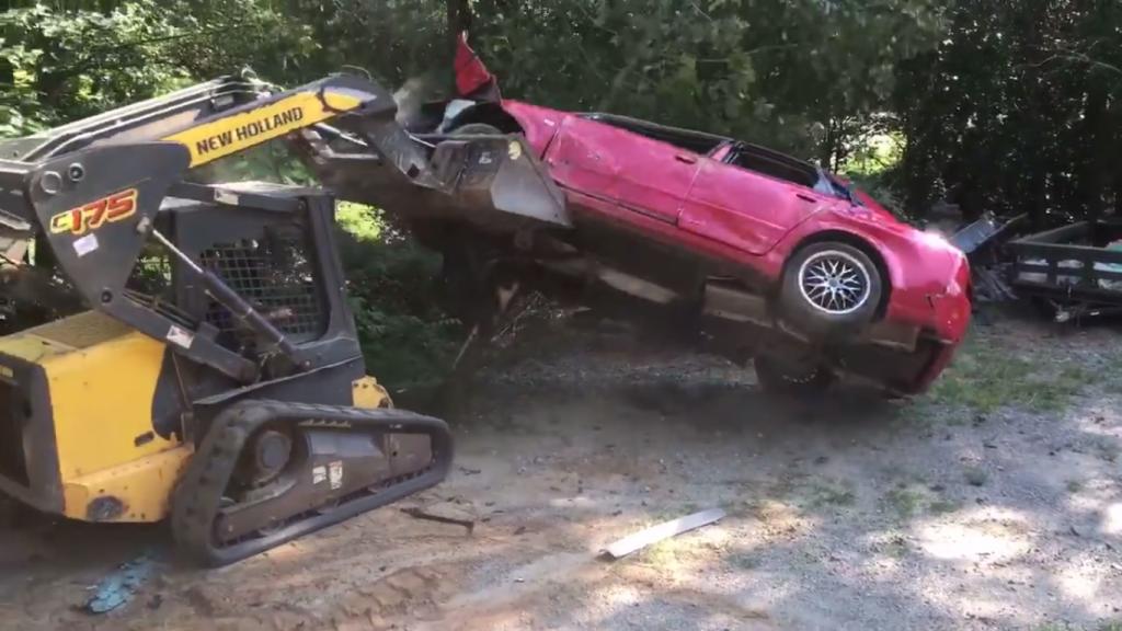 USA: Rozwścieczony ojciec zniszczył córce auto, bo zabawiała się w nim z chłopakiem (video)