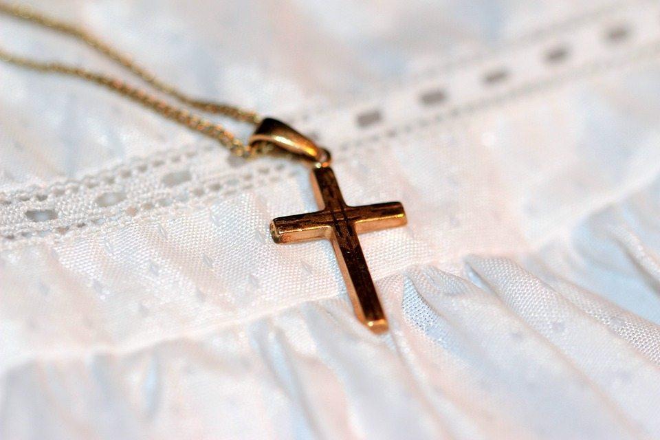 Francja: 22-latek skatowany za noszenie krzyżyka. Policja nie chce ujawnić winnych