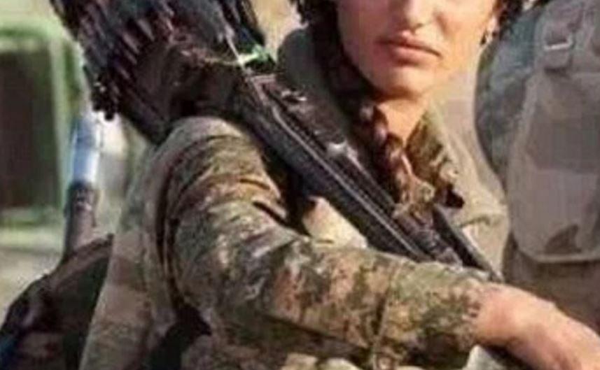 """Nie żyje """"kurdyjska Angelina Jolie"""". Kobieta zginęła w walce przeciw ISIS"""