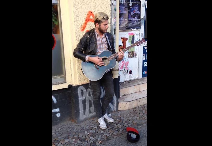 Genialne. Grasz sobie spokojnie muzykę na ulicy i nagle podchodzi łysy typ (video)