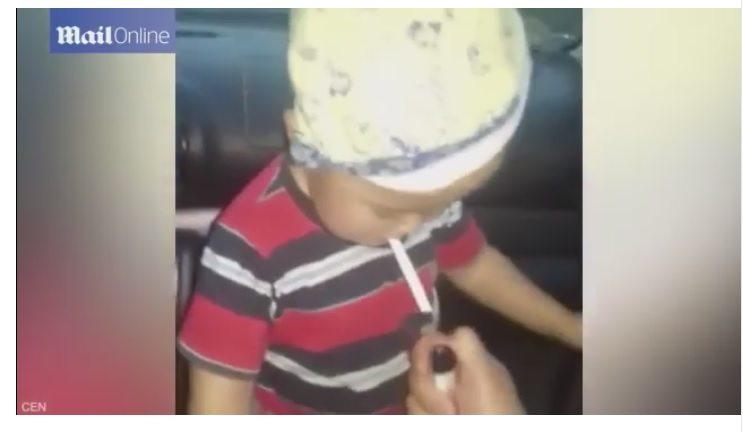 Matka nagrała jak uczy 2-letniego syna palić papierosy (video)