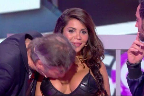 Oburzenie we Francji. Odmówiła całusa w policzek, więc prowadzący... (video)