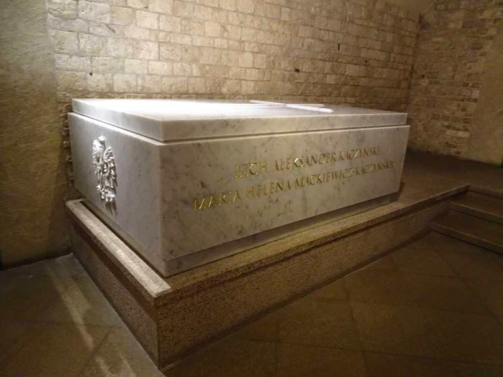 Rażące błędy na nowym sarkofagu Kaczyńskich