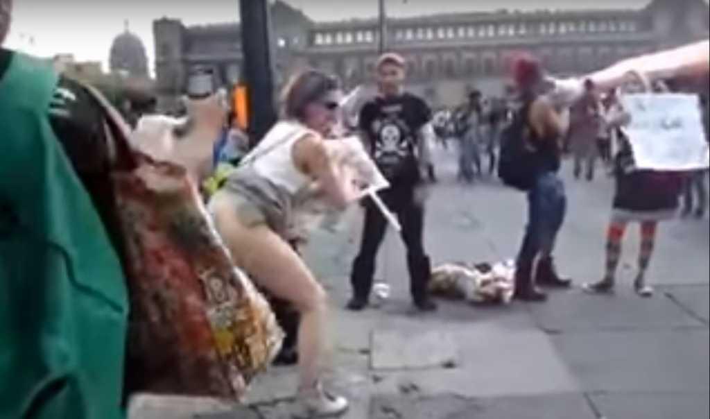 Żenada. Kobieta zaprotestowała przeciwko Trumpowi publicznie robiąc kupę (VIDEO 18+)
