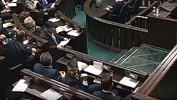 Przedziwne zachowanie Petru w Sejmie. Nagle eksplodował radością (video)