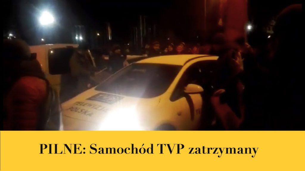 Dziennikarze TVP mają kłopoty. Protestujący ich uwięzili i nie chcą wypuścić (VIDEO)