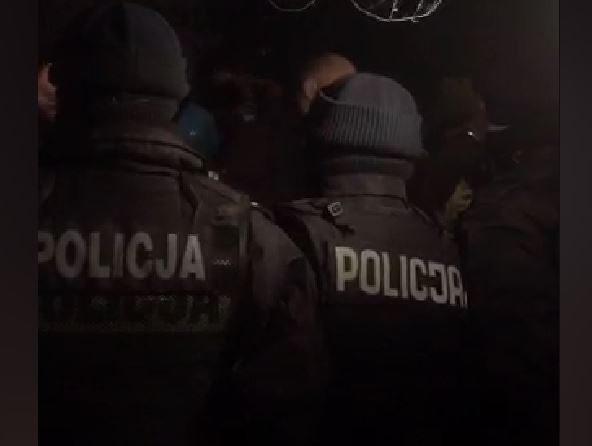 Nieoczekiwana nocna interwencja policji pod Sejmem. Demonstranci usunięci siłą (video)